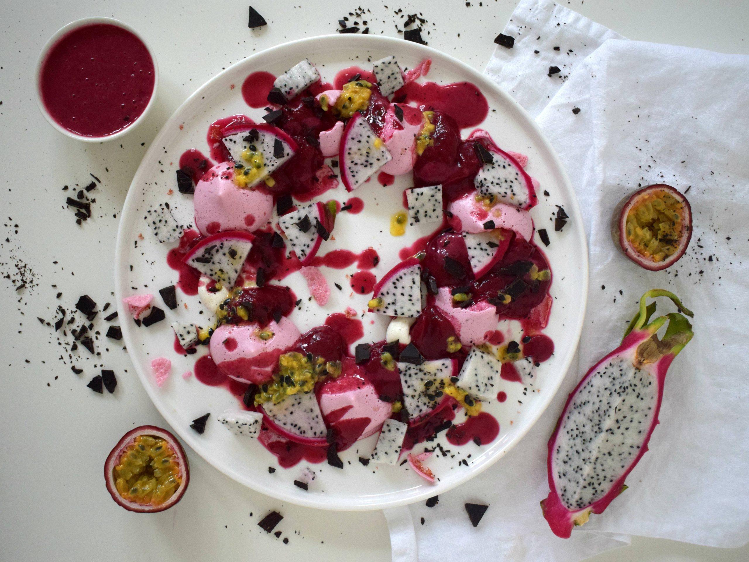 Vegan meringue krans met rood ijs, tropisch fruit en pure chocolade