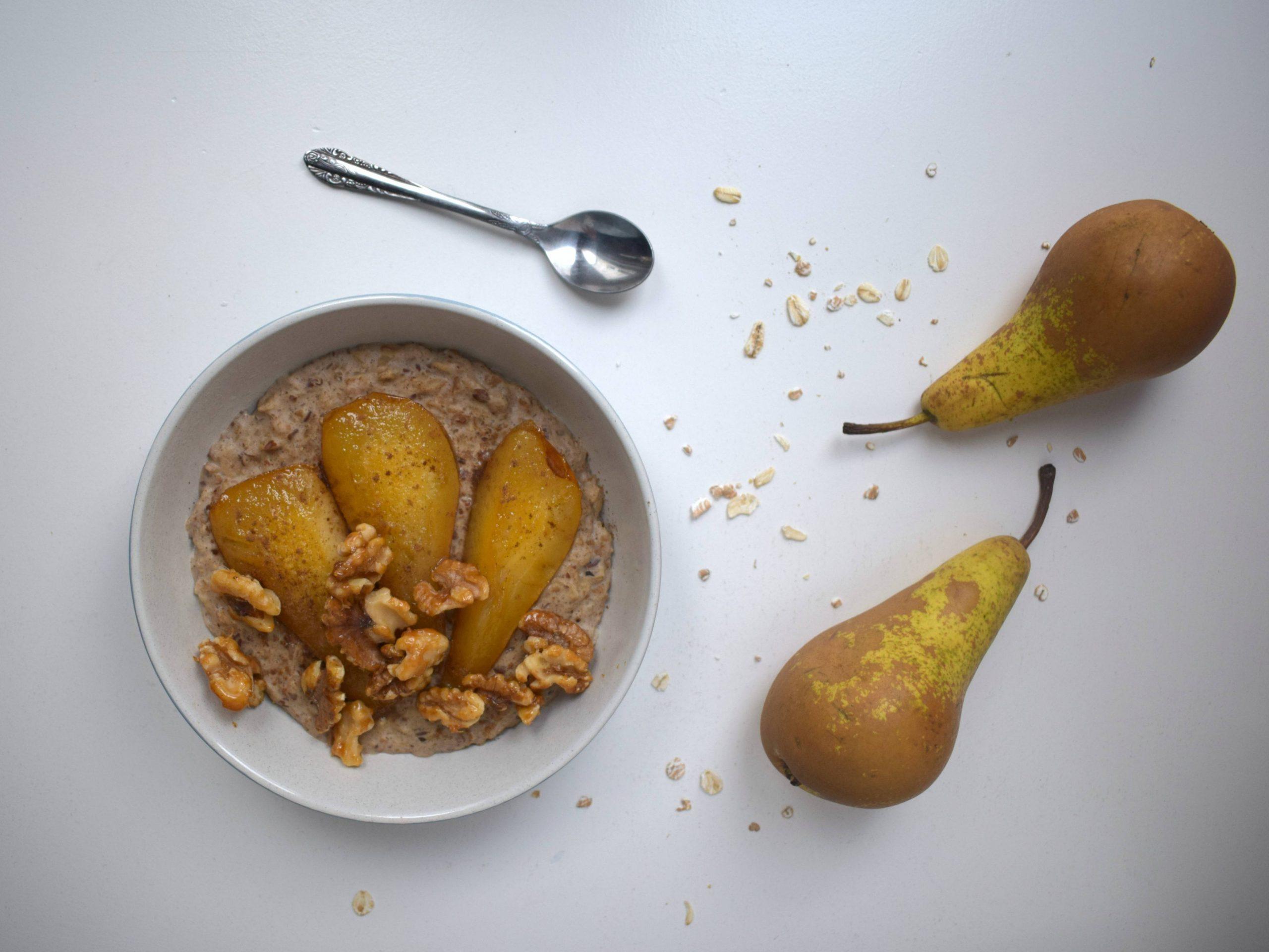 Havermout met gebakken peer en walnoten