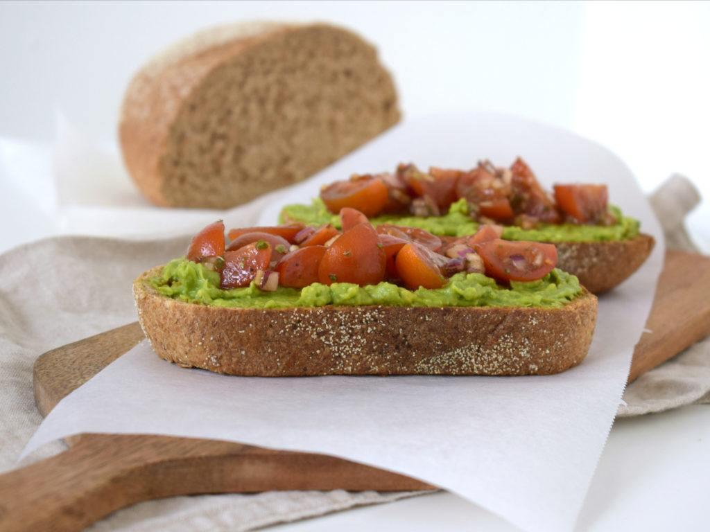 Bruschetta met tomaat en avocado