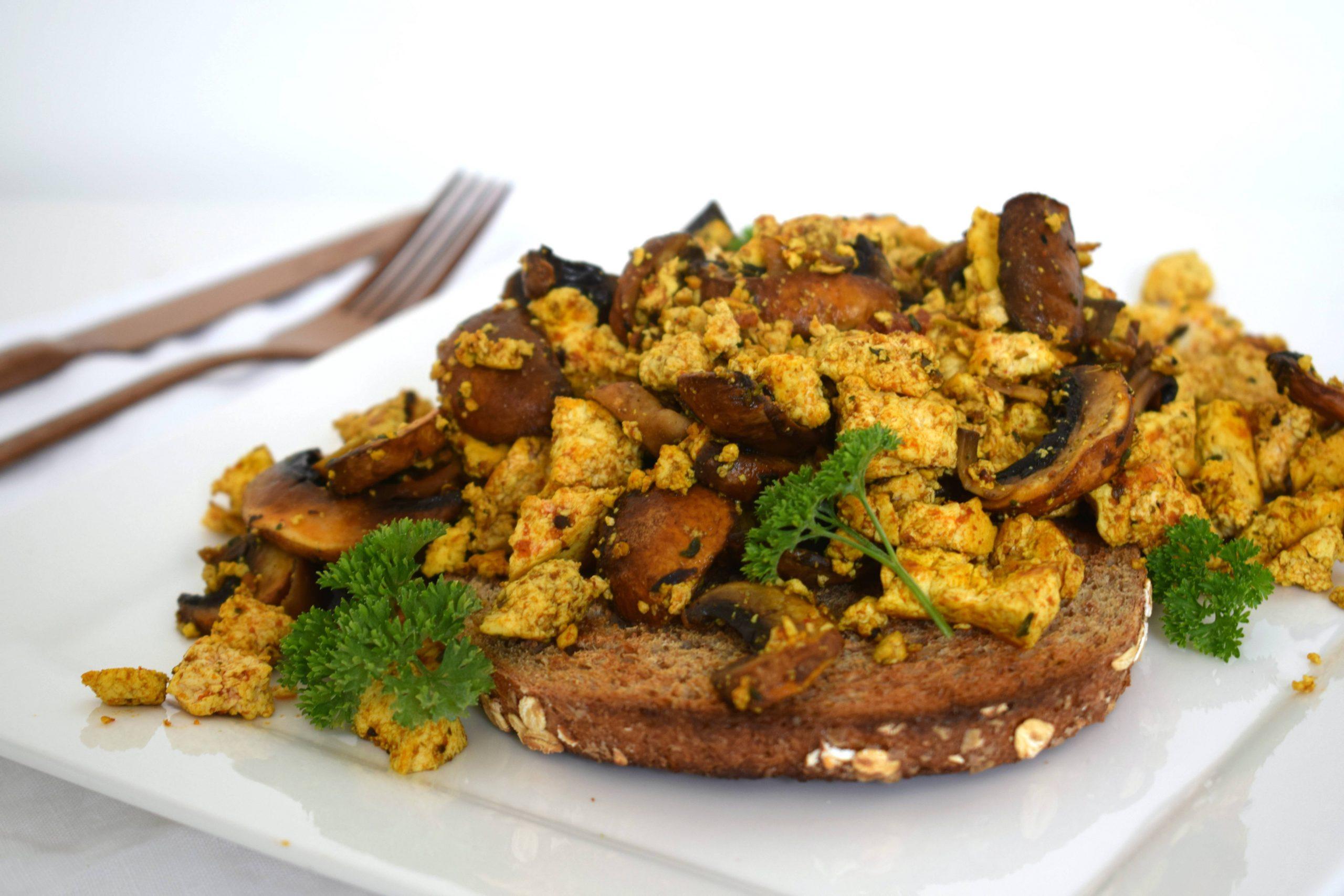 Scrambled tofu (vegan roerei)
