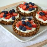 Vegan havermout cups met kokosyoghurt en vers fruit