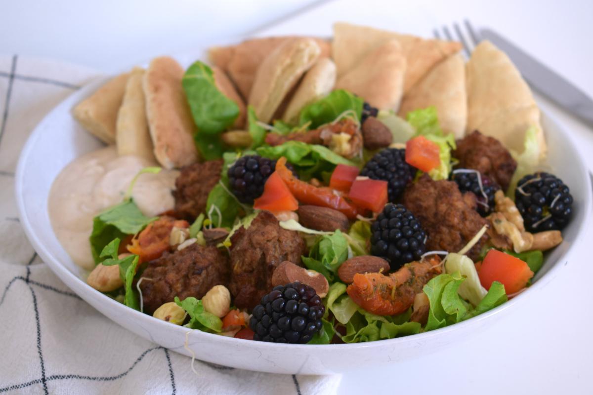 Zomerse maaltijd salade met pita broodjes