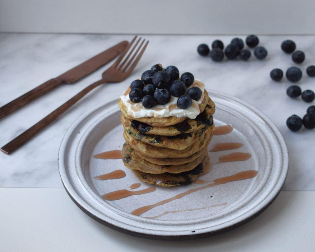Gezonde vegan blueberry pancakes
