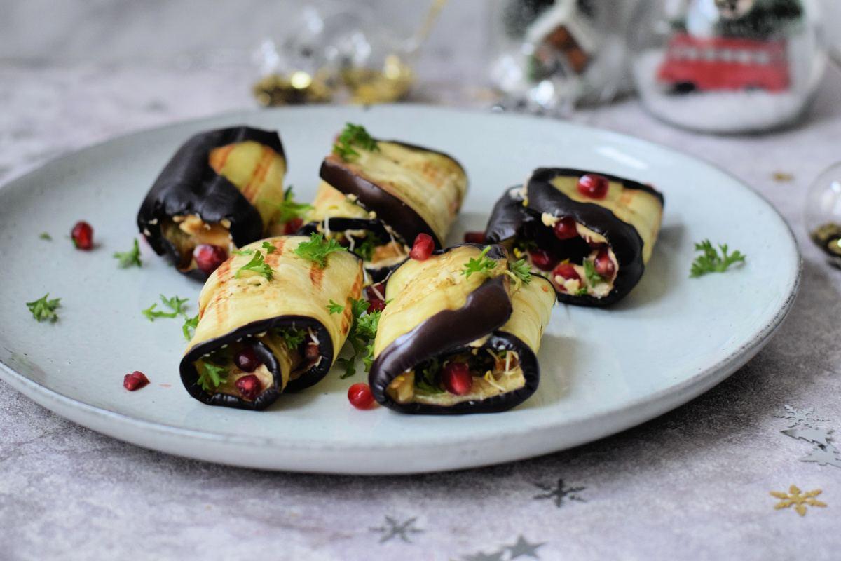 KERST: Vegan aubergine rolletjes met hummus, walnoten en granaatappelpitjes