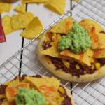 Mexicaanse pizza met gehakt, nacho's en avocado