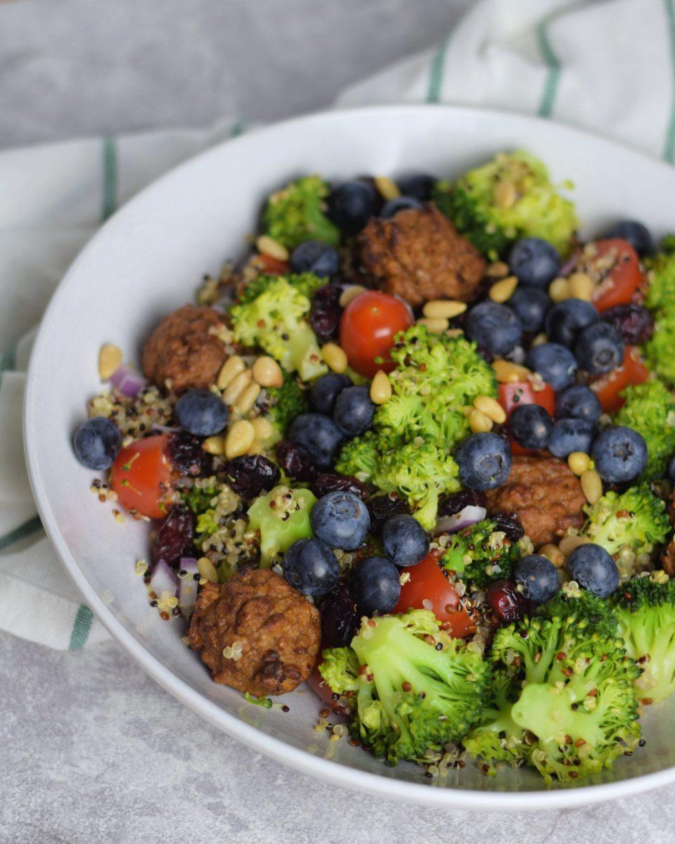 Broccoli quinoa salade met blauwe bessen