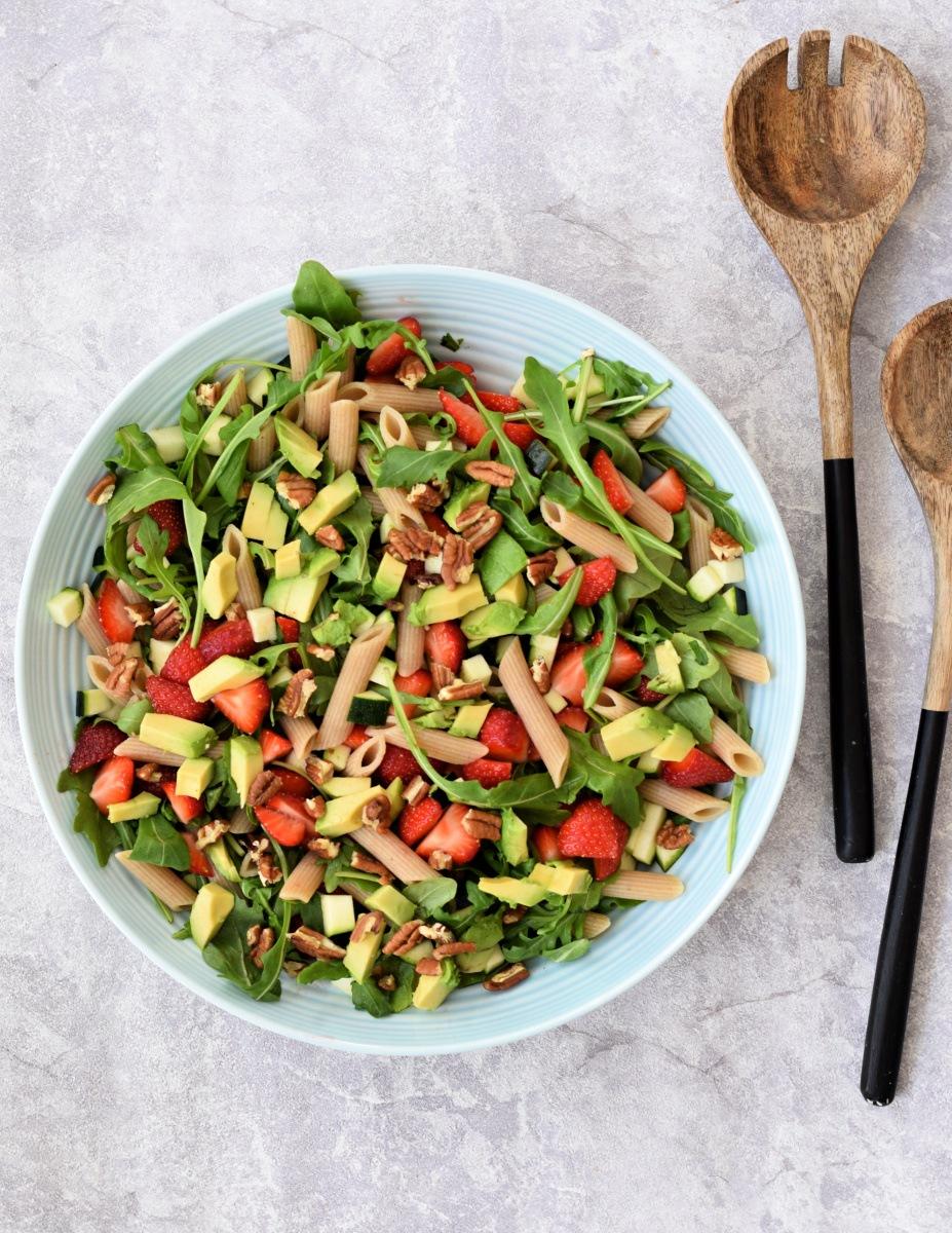 Zomerse pastasalade met aardbeien en avocado