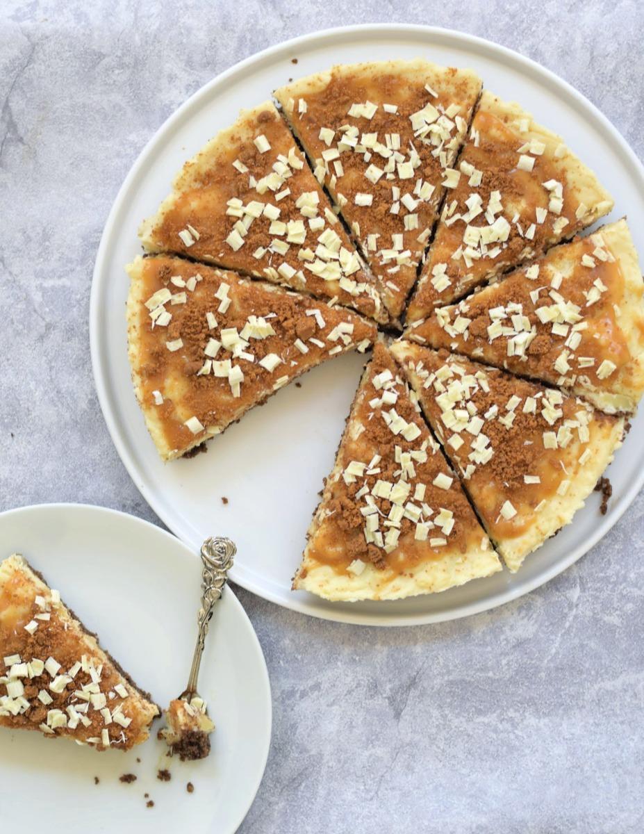 Vegan witte chocolade cheesecake met speculaas en gezouten karamel