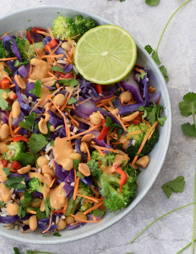 vegan rijstsalade met pindadressing