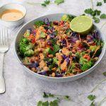 Spicy rijstsalade met pindadressing