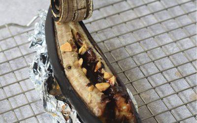 Gebakken snicker banaan van de BBQ