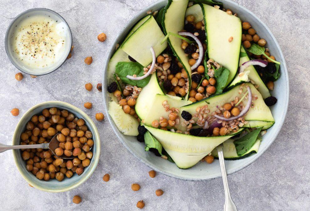 Geroosterde kikkererwten courgette salade met tahini dressing