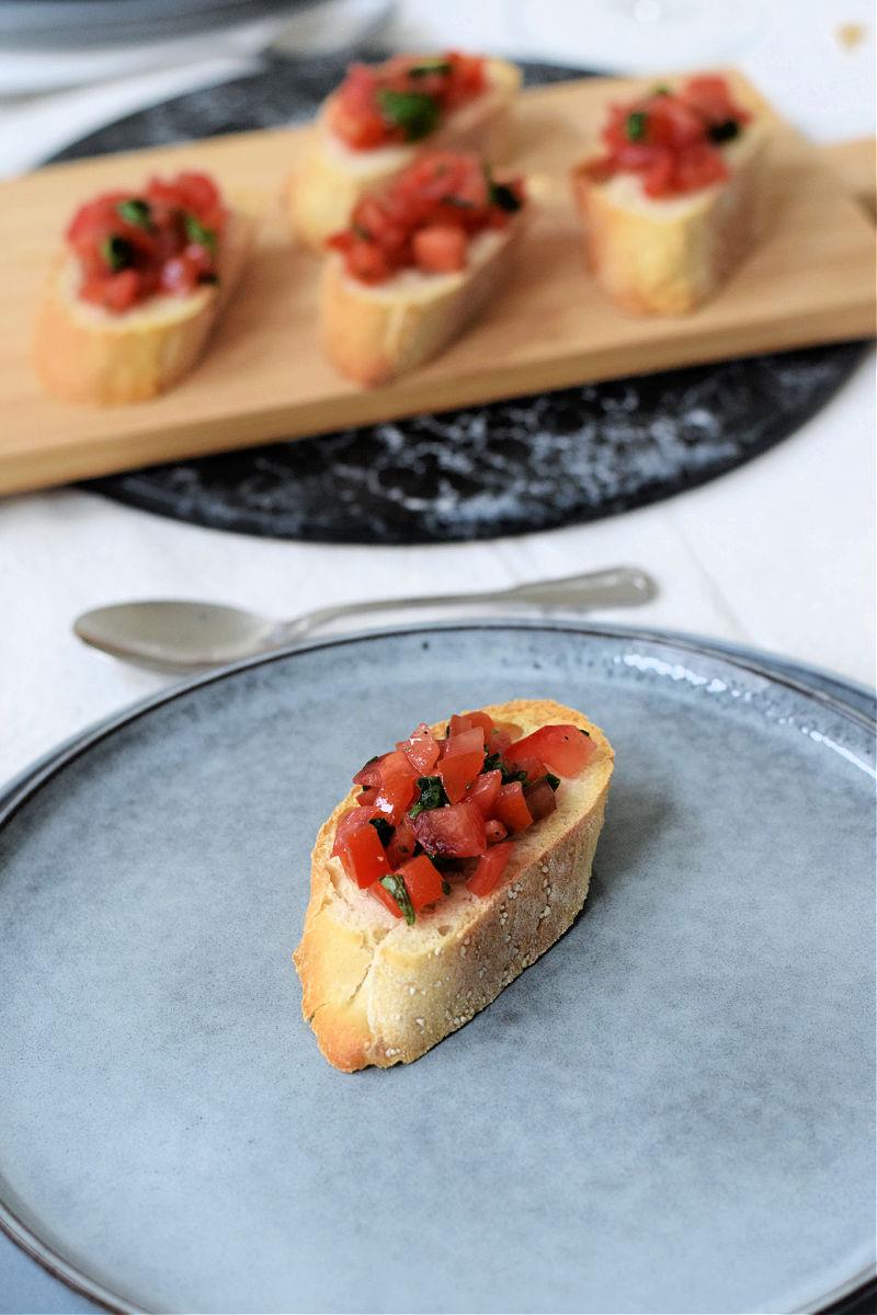 vegan bruschetta tomaat